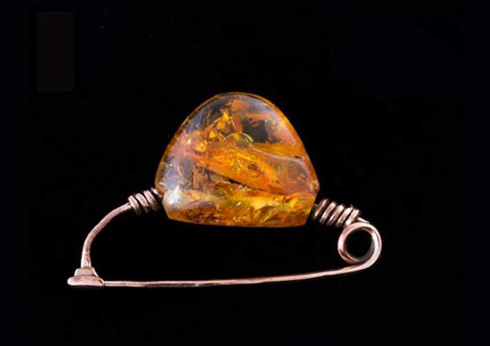 Spilla con ambra su modello di una fibula degli antichi Piceni