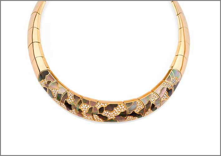 Illario, girocollo in oro, madreperla e diamanti