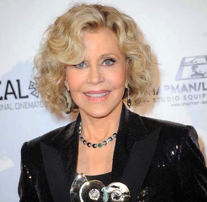 Jane Fonda con collier Oui di Nikos Koulis