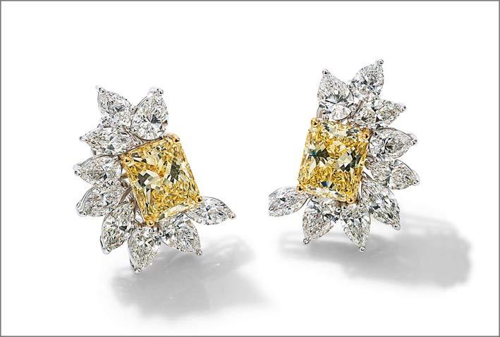 Orecchini in oro bianco 18 carati e diamanti bianchi e fancy yellow