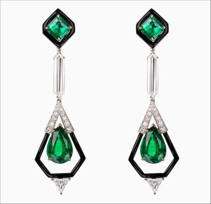 Orecchini con diamanti, smeraldi, smalto nero
