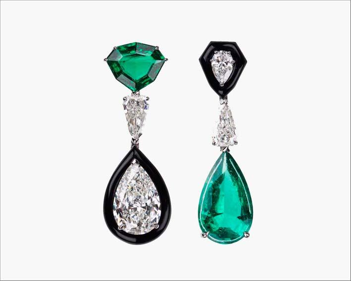 Orecchini simmetrici, diamanti a pera e smeraldi con tagli diversi