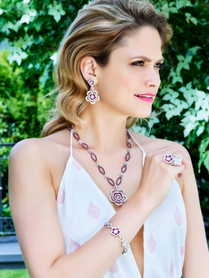 Collana e orecchini con diamanti e rubini