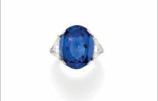 Anello con zaffiro blu Ceylon di 18,39 carati e due diamanti triangolari di 3,85 carati