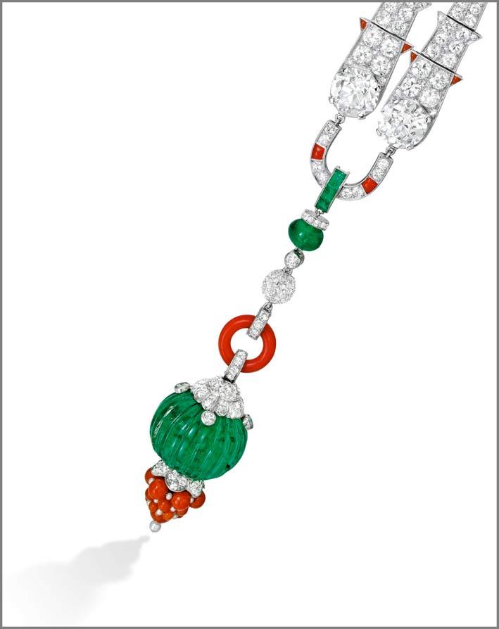 Una spilla rara di diamanti, coralli, smeraldi e perle, firmata Cartier