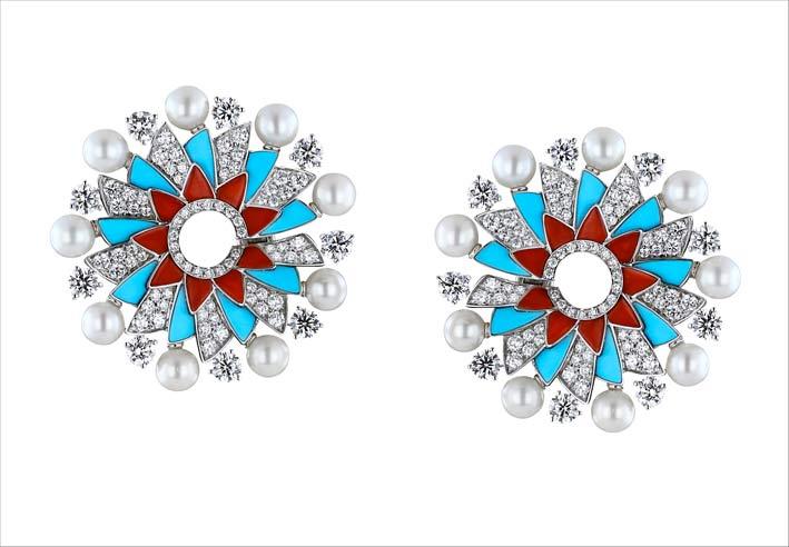 Orecchini con diamanti, perle, turchesi, corallo su oro bianco