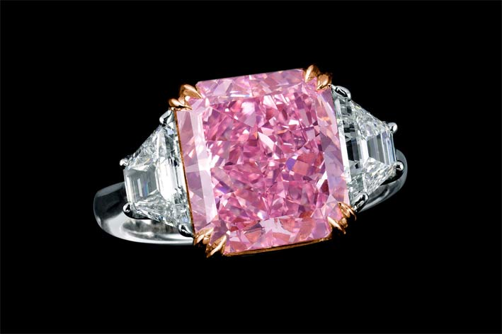 Anello con un diamante fancy vivid purple da 5 carati, taglio radiant, composto da 70 faccette