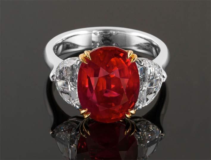 Anello con rubino di 7 carati non scaldato e diamanti con taglio a lunetta