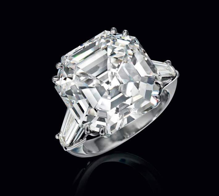 Anello con diamante squadrato di oltre 17 carati