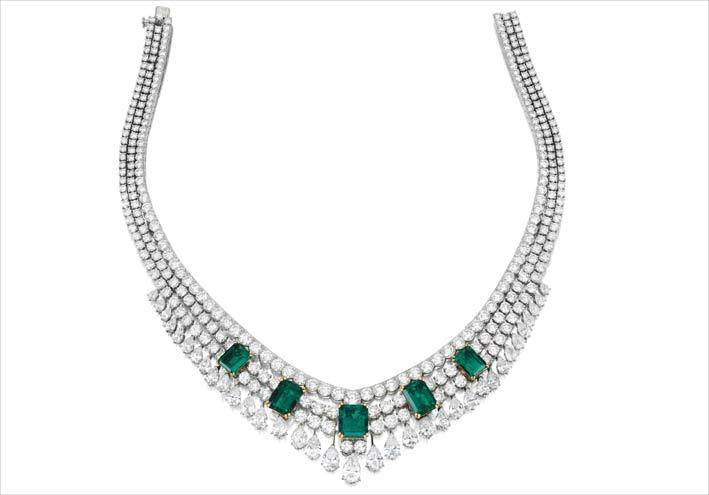 Collana con smeraldi e e diamanti di Van Cleef e Arpels. È stata progettato con tre file di diamanti a taglio brillante graduati, sul davanti un set con cinque smeraldi a taglio vivo del peso di 31,74 carati in totale, a cui è sospesa una frangia di diamanti a forma di pera graduati, i diamanti hanno un peso totale di circa 88.00 carati. La montatura è in platino e oro giallo 18 carati
