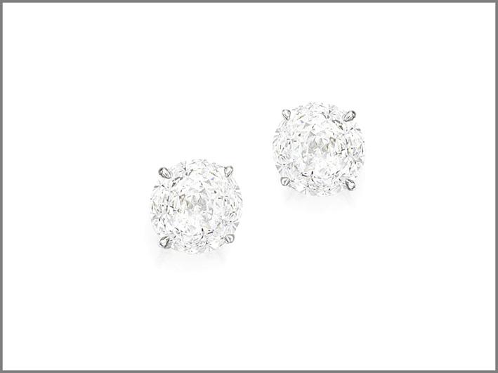 Orecchini con diamanti ognuno del peso di 20,27 carati