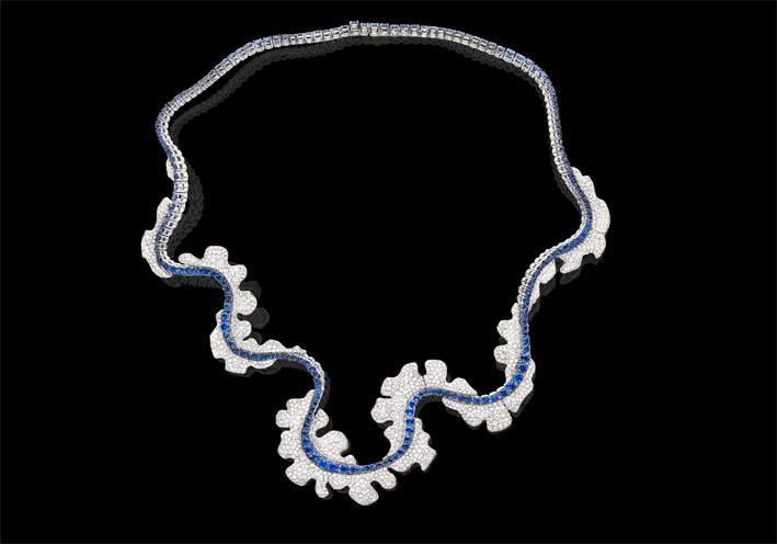 Dancing Soul: collana con anima flessibile, anello e orecchini in diamanti bianchi e zaffiri blu su oro bianco
