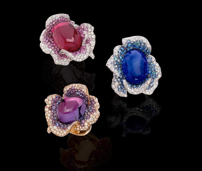 Embracing Flowers: anelli in oro bianco e oro rosa con diamanti bianchi, zaffiri colorati e rubellite, tanzanite e ametista centrali