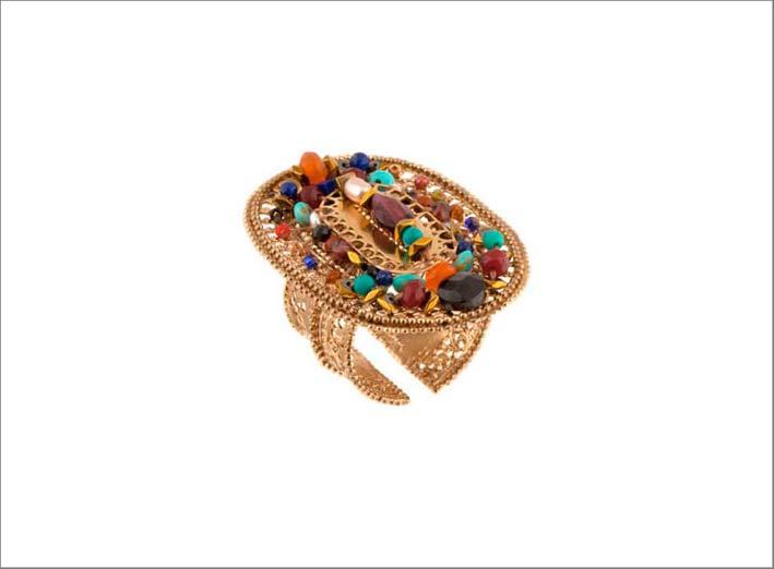Anello con perla  di fiume, perle del Giappone, spinello nero, corniola, turchese, lapislazzuli, granato rosso, giada, ematite dorata