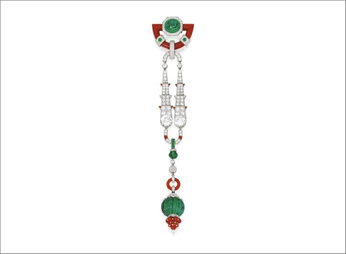 Spilla di Cartier con diamanti, coralli, smeraldi e perle