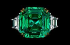 Anello con smeraldo non scaldato e diamanti