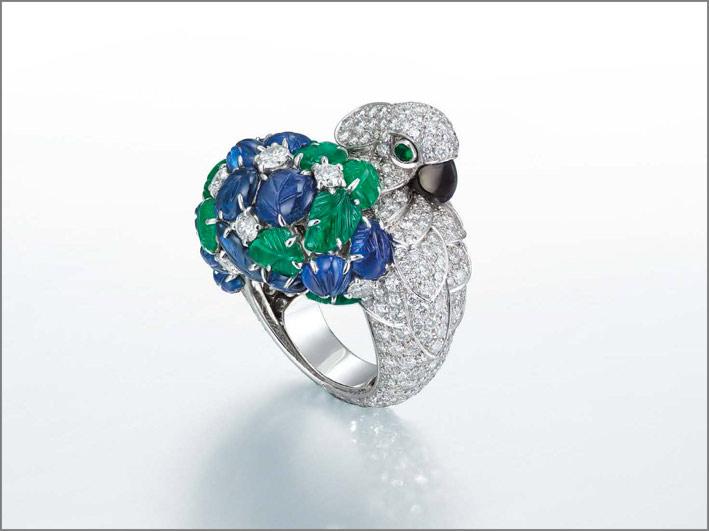 Anello di Cartier in oro bianco, diamanti, smeraldi e zaffiri