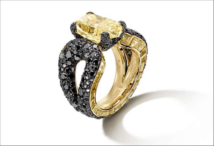 Anello con al centro un diamante giallo taglio coussin di 5,77 carati e diamanti neri