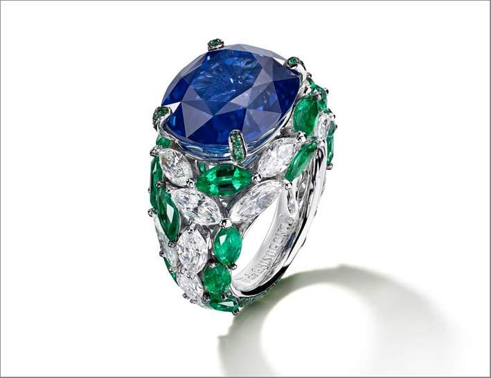 Anello con zaffiro, diamanti taglio marquise e smeraldi