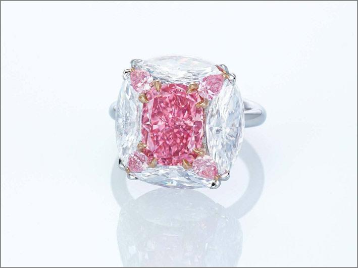 Diamante rosa di 3,01 carati montato su un anello firmato Moussaieff