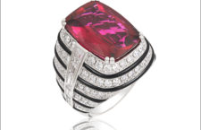 Picchiotti, anello in oro bianco con rubellite di 10,85 carati taglio cuscino e diamanti