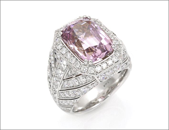 Anello in oro bianco con spinello rosa non trattato di 8,81 carati e diamanti