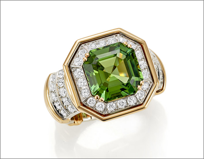 Anello in oro rosa e bianco con tormalina verde di 5,81 carati  e diamanti