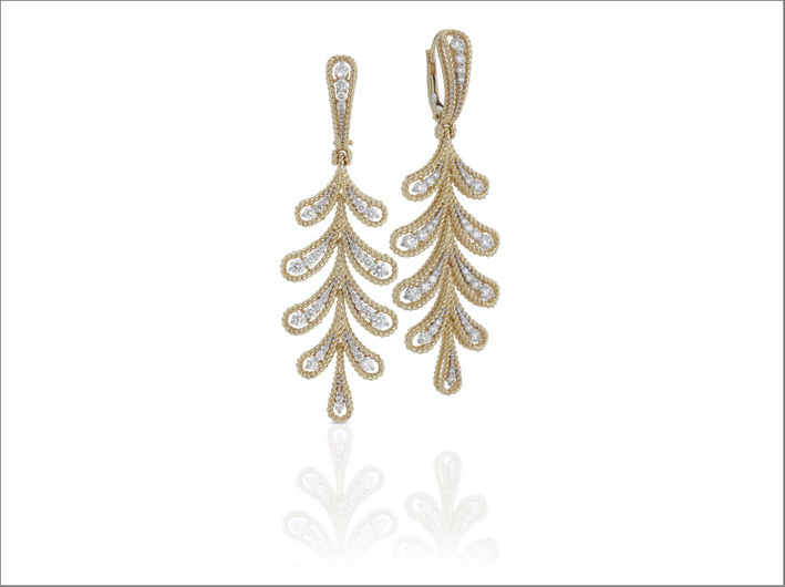 Yellow gold twisted thread earrings with white diamonds