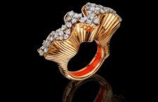 Rays of Sun: anello in diamanti bianchi su oro rosa e una banda interna di smalto rosso