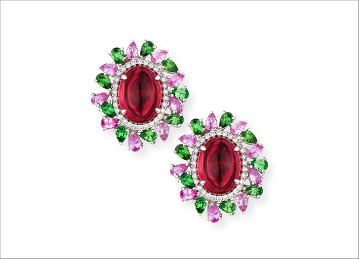 Orecchini con rubellite cabochon, diamanti, zaffiri rosa, tormalina