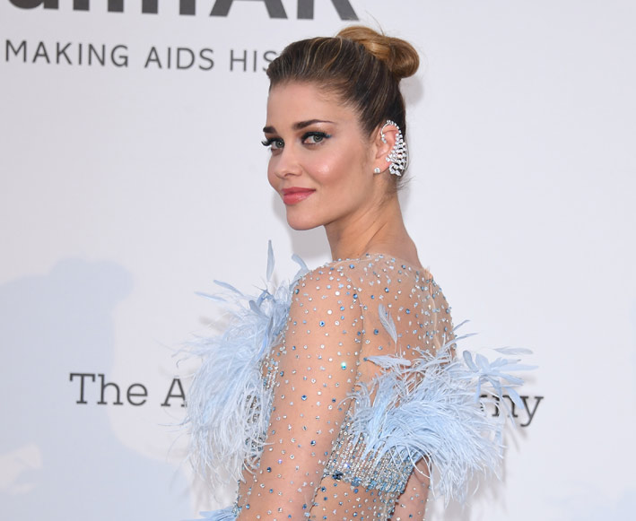 Ana Beatriz Barros con gli earcuff Beloved Feather della collezione di gioielli di High Once Once Upon A Time di Messika