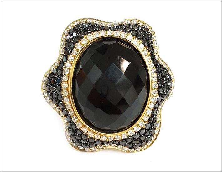 Anello in oro con giada nera e diamanti neri