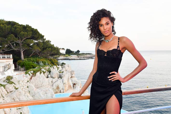 La supermodella francese Cindy Bruna con collana di diamanti e smeraldi