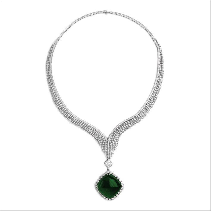 Collana di diamanti con ciondolo di smeraldo cabochon