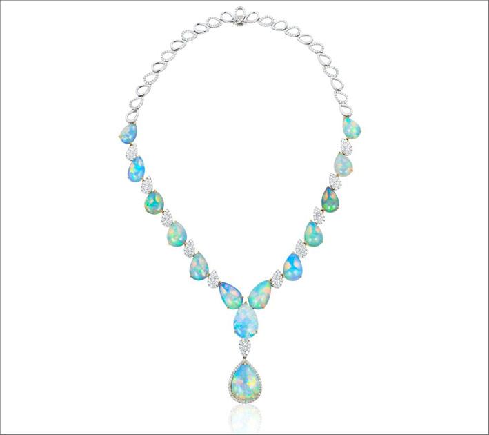 Collana di diamanti con opali