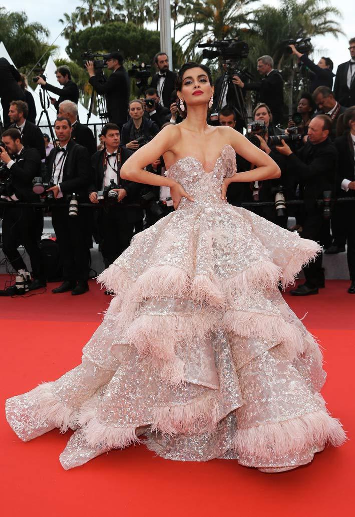 Diana Penty, top model indiana, ha sfilato sul red carpet indossando gioielli de Grisogono, abbinando un bellissimo paio di orecchini India in oro rosa con gocce di opale rosa (38,50 carati) e diamanti bianchi (7,50 carati) con un anello Allegra in oro rosa e ceramica rosa con diamanti bianchi (1,75 carati)