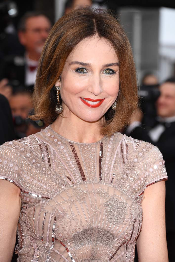 French actress Elsa Zylberstein paraded on the red carpet wearing de Grisogono jewels: a pair of Boule earrings in yellow and white gold with white diamonds (1.30 ct) and brown diamonds (28.50 ct) combined with a Chiocciolina ring in rose gold with briolette-cut brown diamonds (1.50 carats) and brown diamonds (0.87 carats)