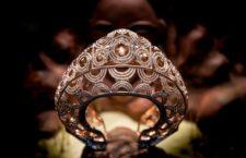 Ena Iro, braccialetto Eshira. Un bracciale di ispirazione africana che riassume il ricco patrimonio di Ena Iro. Traendo ispirazione dalla tribù Punu, realizzato in titanio e presenta zaffiri gialli e rosa misti e diamanti champagne. Il lato del bracciale è impreziosito da zaffiri blu con taglio princess