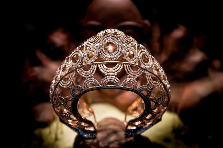 Braccialetto Eshira. Un bracciale di ispirazione africana che riassume il ricco patrimonio di Ena Iro. Traendo ispirazione dalla tribù Punu, realizzato in titanio e presenta zaffiri gialli e rosa misti e diamanti champagne. Il lato del bracciale è impreziosito da zaffiri blu con taglio princess