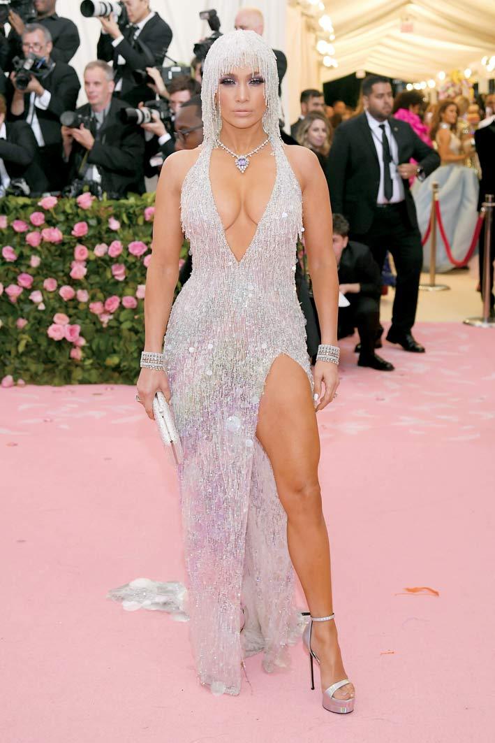 Jennifer Lopez con gioielli Harry Winston: Purple Dragon Necklace con incastonato uno zaffiro viola di 65.32 carati su una collana di diamanti con 129.48 carati, su platino. Inoltre, orecchini chandelier di diamanti, vintage del 1972, con 29.59 carati di diamanti su platino, bracciale con diamanti per 67.22 carati sempre su platino, anello con diamante di 15.99 carati