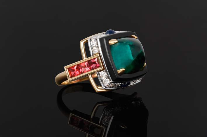 Anello in oro con smeraldo cabochon, diamanti, rubini