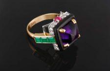 Anello in oro con ametista cabochon, diamanti, smeraldi, rubini