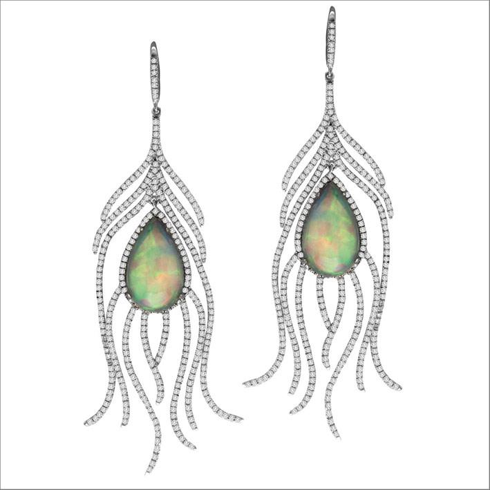 Orecchini a goccia con diamanti e opali