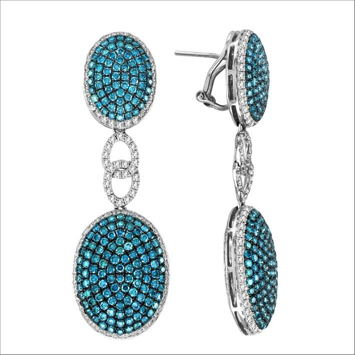 Orecchini pendenti in oro bianco con diamanti blu e bianchi