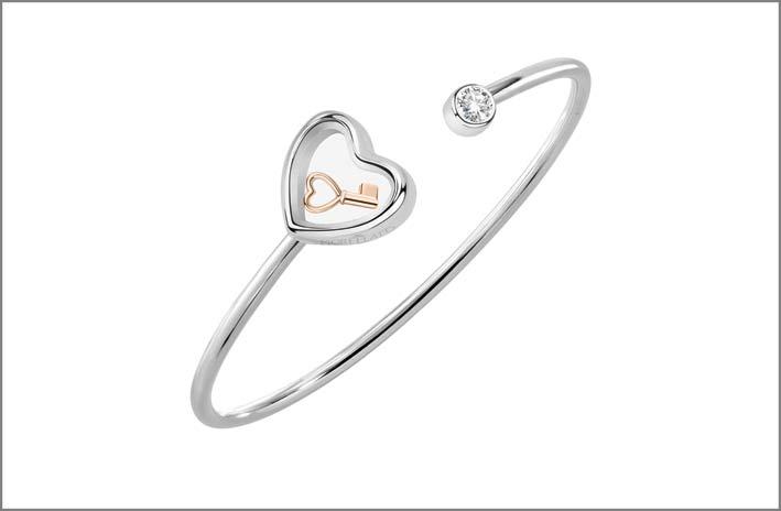 Bangle in argento 925‰ con zircone e terminale a forma di cuore che racchiude un charm PVD rose gold a forma di chiave. Prezzo: 69 euro
