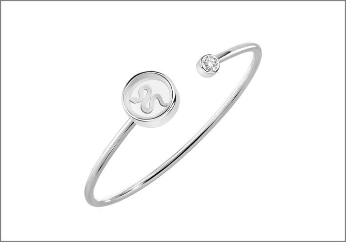 Bangle in argento 925‰ con zircone e terminale a forma di cerchio che racchiude un charm a forma di serpente. Prezzo: 69 euro