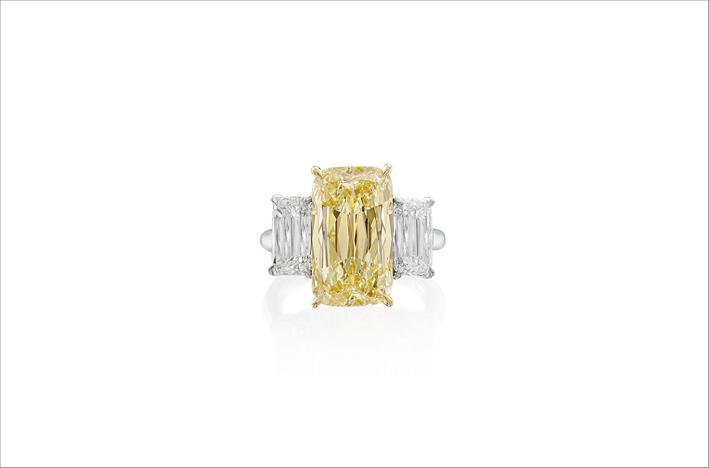 Anello con diamante fancy yellow con taglio Ashoka