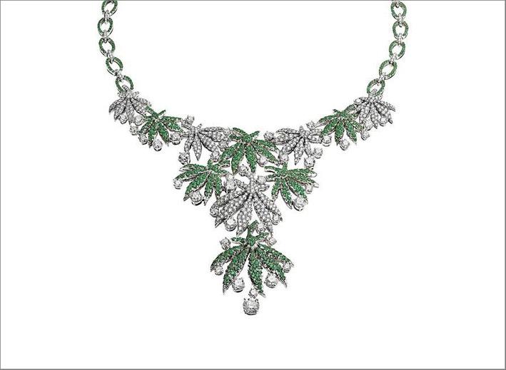 Bulgari, collier ispirato alla marijuana in oro bianco, diamanti, smeraldi