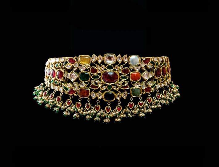 Choker in oro con rubino, diamante, zaffiro blu, zaffiro giallo, smeraldo, corallo rosso, perla, occhio di gatto e hessonite