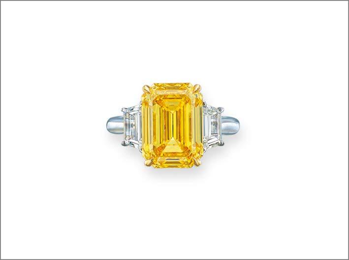 Diamante fnacy vivid yellow a taglio rettangolare da 8,13 carati. Venduto per circa 1 milione di dollari